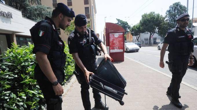 Allarme bomba davanti a una banca, le foto del trolley sospetto