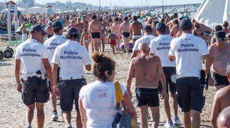 La polizia municipale in servizio anti-abusivi sulla spiaggia di Rimini (Foto Bove)