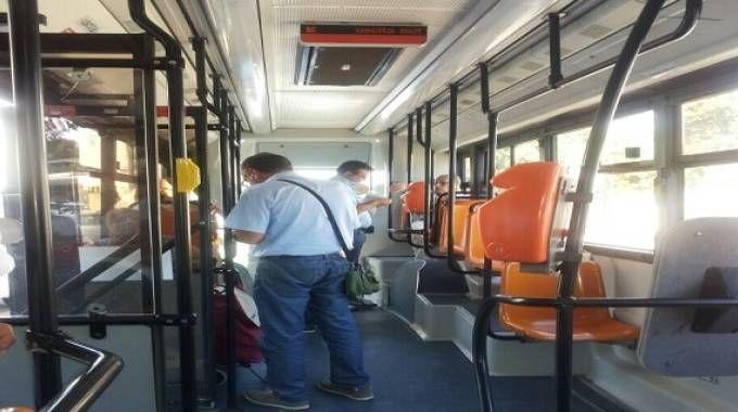 Due controllori aggrediti sull'autobus