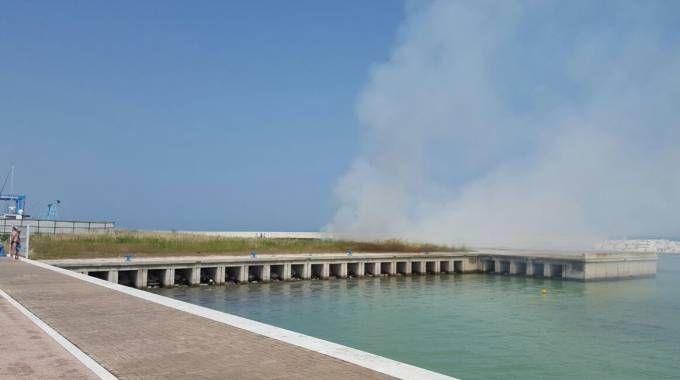 Senigallia, incendio al porto. Paura per i bagnanti
