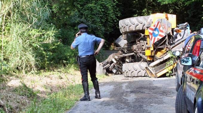 Pesaro, incidente sul lavoro: operaio della Provincia muore investito dal trattore (Fotoprint)