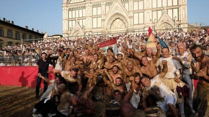 Calcio storico, i Bianchi festeggiano la vittoria della finale (Cabras/NewPressPhoto)