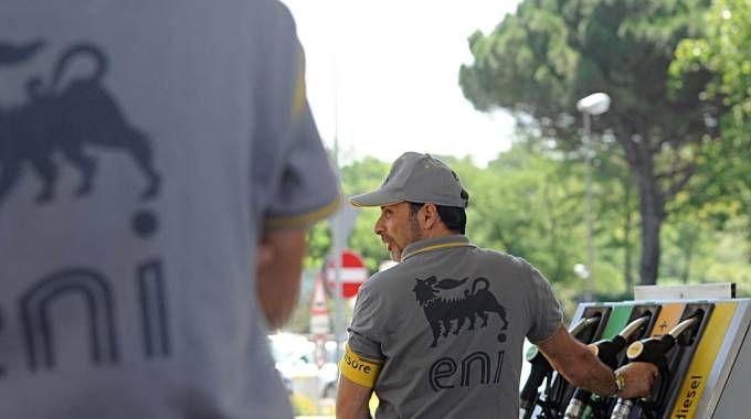 Benzina gratis per la pompa guasta e il distributore viene preso d'assalto