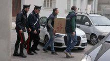 I carabinieri portano via dei documenti (foto Corelli)
