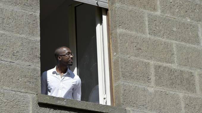 Rudy Guede guarda il cielo e sorride dalla casa d'accoglienza del permesso premio (Ansa)