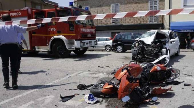 Scontro con un'auto, motociclista vola sull'asfalto: è gravissimo