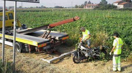 Il recupero della moto dopo l'incidente