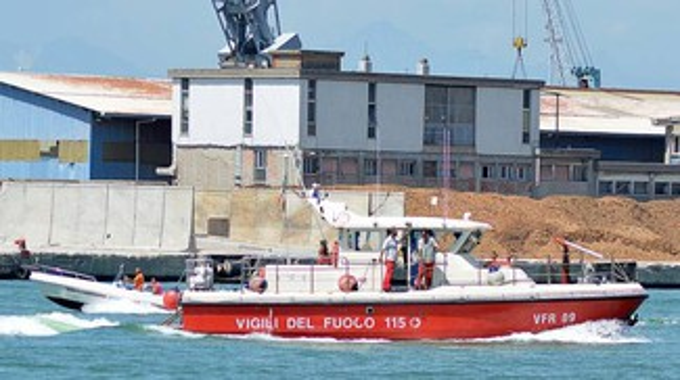 Barca soccorsa in mare: si teme incendio, era solo fumo dai motori