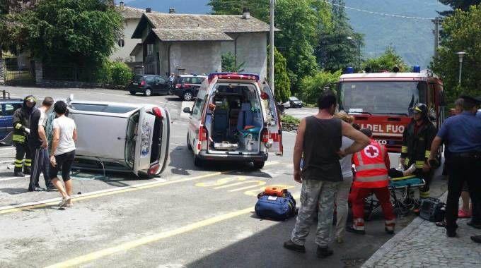 Incidente a Castione, anziana esce di strada e l'auto si ribalta: viva per miracolo