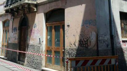 Il palazzo ad angolo tra le vie Clementi e Marucci perde tegole (foto Labolognese)