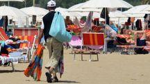 Papa Modou Seck, presidente dell'Anolf,  e un abusivo in spiaggia