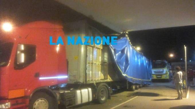 Camion sbatte contro pensilina del distributore, gravi danni al mezzo / FOTO