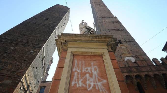 """""""Allah Akbar"""" sfregia la statua di San Petronio / FOTO"""