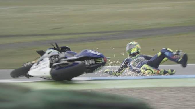 MotoGp, delusione Rossi: cade da 1°. E Marquez scappa