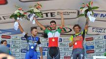 Giacomo Nizzolo sul podio, attorniato da Brambilla e Pozzato (foto Campionati Italiani)