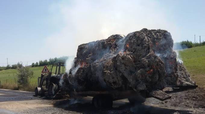 Trattore in fiamme, bruciano anche le rotoballe