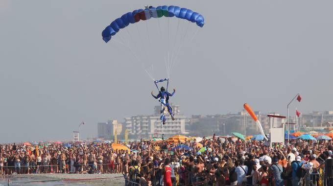 Paracadutista atterra in mezzo al pubblico a Punta Marina (foto Zani)