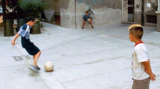 Lombardia, quando le città vietano il pallone ai bambini