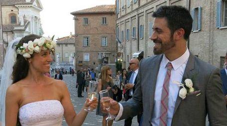 """Nicolette Davenport e Alessandro Carloni poco dopo il loro """"sì"""" a Urbino (foto Tiziano Mancini)"""