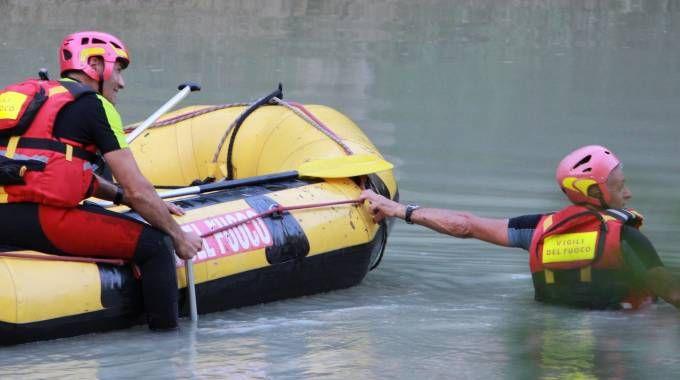 Sedicenne scomparso nel fiume durante la gita al Furlo