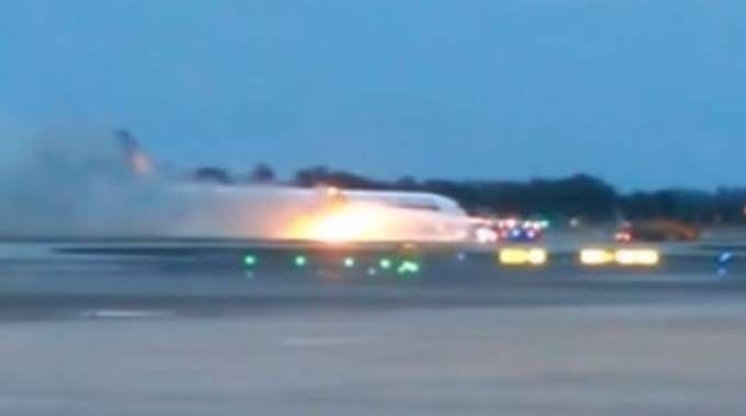 Singapore Airlines, paura su un volo diretto a Milano: in fiamme motore e ala/ VIDEO