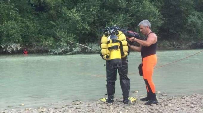 Le ricerche dei vigili del fuoco nelle acque del fiume Candigliano