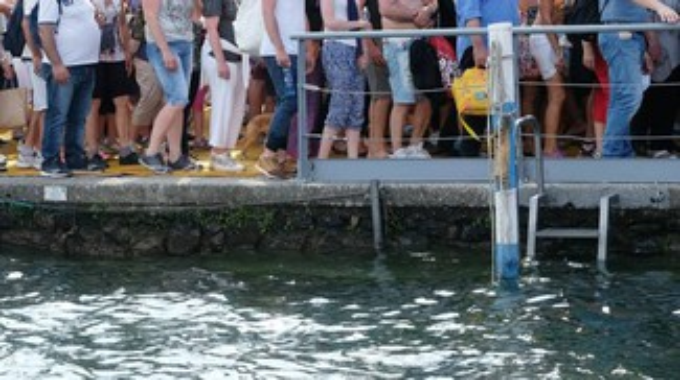 The Floating Piers: migliaia di persone sulla passerella. E i maleducati si moltiplicano