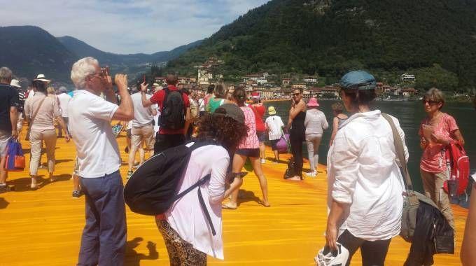The Floating Piers, la passerella sul lago riapre dopo il temporale: nuovo assalto/ FOTO