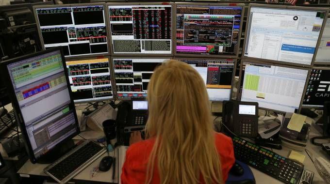 Una trader al lavoro nella Borsa di Londra (Afp)