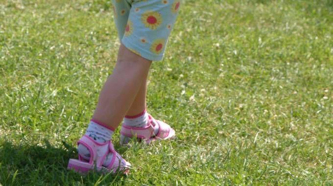 Una bambina che passeggia