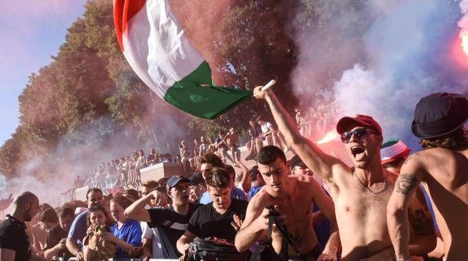 Festa dei tifosi in Darsena (Newpress)