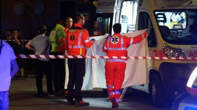 La pietà dei soccorritori che coprono il corpo senza vita del ragazzo
