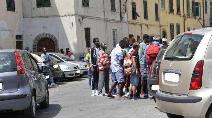 Caos per i vestiti usati, immigrati in piazza: arrivano i carabinieri