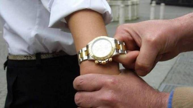 La banda dell'orologio colpisce ancora: scippati due Rolex e un D&G falso