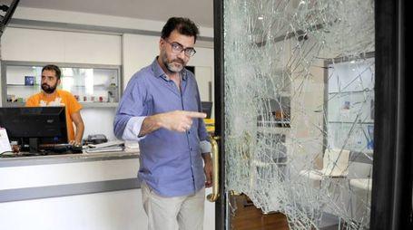 La vetrina devastata dai ladri