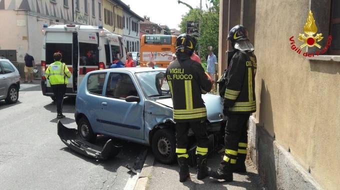 Scontro tre due auto a Busto Arsizio, interviene il 118