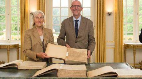 Ursula d'Ursel e Luk Lemmens mostrano le partiture gi Gaspare Spontini (Foto David Legreve)