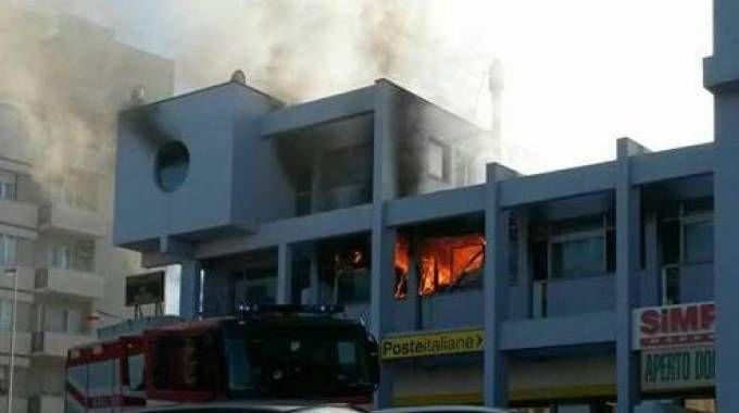 Ancona, incendio nel centro commerciale di Torrette