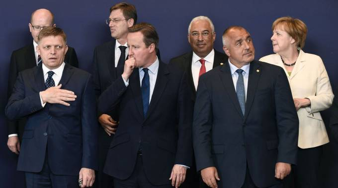 Leader al summit Ue. Al centro il premier inglese David Cameron (Afp)