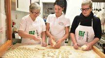Piera Ricci, a destra, la più nota, la figlia Giusy, a sinistra, cha ha portato avanti la tradizione e Lisa, il futuro