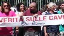 Gli ambientalisti schierati all'ingresso del Tribunale di Massa in attesa della sentenza