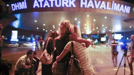 Attentato a Istanbul, un momento dopo l'esplosione (Ansa)