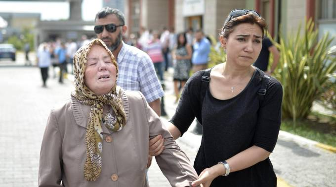 I parenti delle vittime dell'attentato a Istanbul (Ansa)