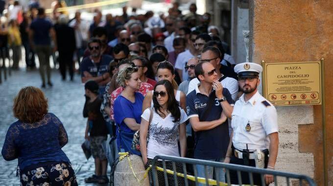 L'interminabile coda per l'omaggio a Bud Spencer in Campidoglio (Lapresse)