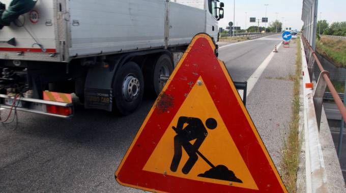 Lavori in corso sulla E45 in direzione Ravenna a Cesena.  Il traffico  è regolato dalla polizia municipale