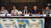 ACQUISTO Il primo giorno di Antenucci  a Ferrara, con la dirigenza spallina (Foto Business Press)