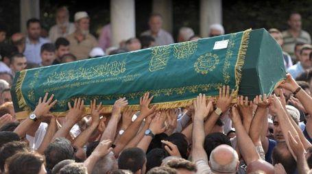 Attentato a Istanbul, i funerali di una delle 41 vittime (Ansa)