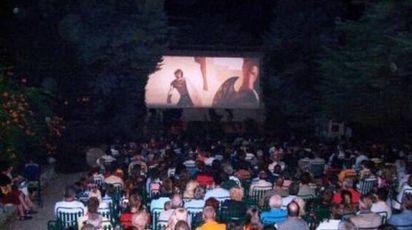 Una proiezione cinematografica all'aperto