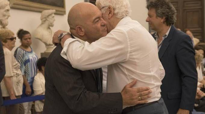 Nicola Pietrangeli e Giuseppe Pedersoli alla camera ardente di Bud Spencer (Ansa)