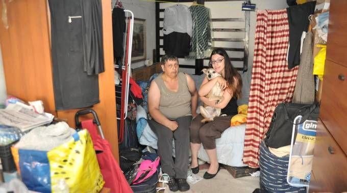 Da sei mesi la famiglia più il cagnolino Charly vive in un garage. L'appello per aiutarli